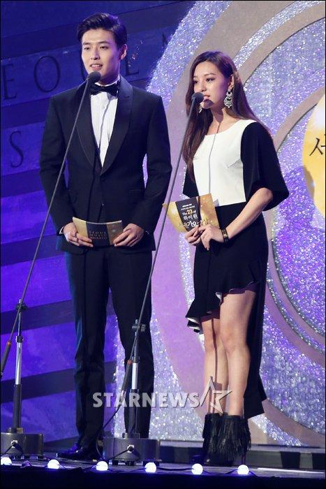 Kang Ha Neul & Kim Ji Won Presenting Award