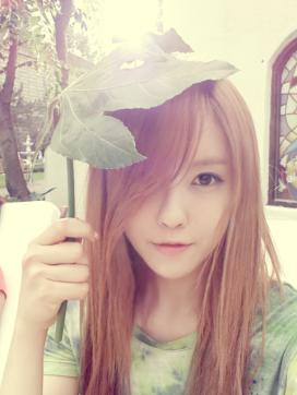 beritakpop.com_Hyomin_Umbrella_leaf